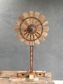 Oud houten spinnenwiel op standaard voet landelijk stoer industrieel ornament decoratie 128 cm