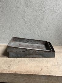 Heel stoer oud grof metalen dienblad tray urban schaal bak metaal zink roest urnban grijs landelijk industrieel