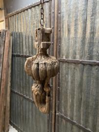 Prachtig groot oud doorleefd houten ornament landelijk stoer industrieel aan ketting