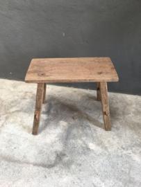Stoer oud doorleefd houten kruk krukje bankje opstap landelijk