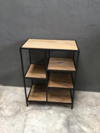 Strakke metalen kast verspringende vakken houten planken vintage industrieel zwart naturel