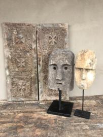 Prachtig stenen masker op statief standaard kop hoofd landelijk stoer robuust industriële zwart metalen voet