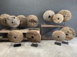 Mega groot Stoer grof vergrijsd houten rond ornament wiel katrol op voet met metalen details wiel op statief hout ruw robuust landelijk grinder
