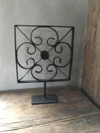 Zwart smeedijzeren ornament bloem op standaard pin voet raampaneel decoratie landelijk industrieel vintage