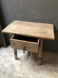 Stoere oude vergrijsd houten sidetable tafel ladekast met grote la lade wastafelmeubel landelijk industrieel