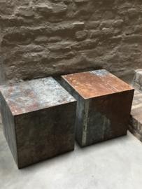 Oude metalen sokkel zuil blok 60 x 60 x 60 cm bekleed met oude metalen platen bijzettafel kruk stoel tafeltje salontafel industrieel landelijk roest bruin grijs