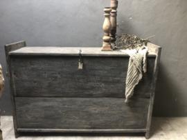 Prachtige hoge oude vergrijsd houten Himalaya kist Aura Peeperkorn dekenkist kast sidetable stoer landelijk industrieel grijs