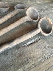 Oude vergrijsd houten lepel pollepel schep touw touwtje landelijk brocant stoer oud hout theelichtje