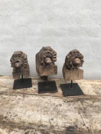 Prachtige oude vergrijsd houten ornamenten op pin voet standaard ornament landelijk sober oosters houtsnijwerk industrieel hout metaal