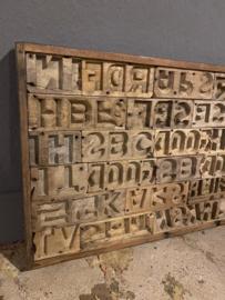 Oud houten wandpaneel letters alfabet mal mallen landelijk industrieel vintage hout 120 x 40 cm