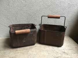 Ijzeren metalen bakje emmer emmertje landelijk met hengsel handvat industrieel vintage