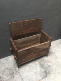 Stoere oude houten kist bankje bank kast kastje Sidetable landelijk stoer robuust klepbank kist kistje hout