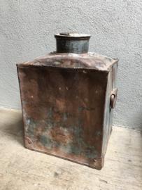 Oude metalen ijzeren pot kruik bak vaas landelijk industrieel doorleefd geleefd stoer
