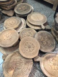 Oude houten roti plank kaasplank rond japatti bewerkt chaglota onderzetters onderzetter rond oud landelijk stoer robuust hout chapati