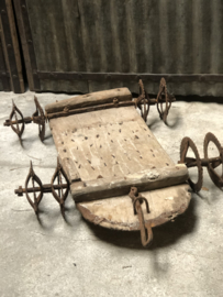Oud houten landbouwwerktuig eg karretje op wielen decoratie object landelijk industrieel stoer oud antiek