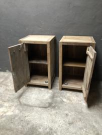 Set van 2 Oud vergrijsd houten nachtkastjes nachtkastje landelijk vergrijsde deurtje lade laatje industrieel metalen greepje beslag