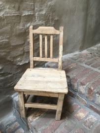 Stoer oud houten kinderstoeltje stoeltje landelijk doorleefd vergrijsd vintage hout sloophout