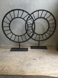 Gaaf groot gietijzeren tandwiel wiel L metaal metalen ornament op voetje standaard industrieel landelijk roestbruin vintage robuust urban