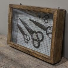 Oud houten vitrinekastje wandkastje kastje met oude scharen erin Brocant landelijk vintage retro