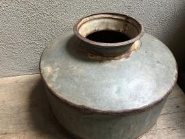 Oude zinken kruik pot ketel landelijk stoer zink grijs grijze vaas landelijk industrieel vintage