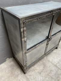 Grote industriële metalen kast vitrinekast ijzer landelijk industrieel 2 deurtjes glas metaal