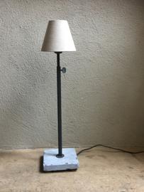 Tierlantijn tafellamp hard stone lood grijs kleur lamp lampje hardsteen voetje landelijk stoer