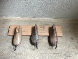 Brocante landelijke industriële oude houten kapstok wandkapstok van oude kinder schoenmallen  met metalen haken