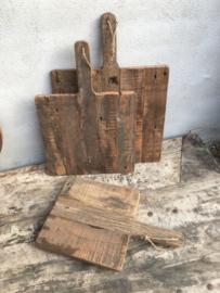 Oude vergrijsd houten plank groot jute touw koord snijplank broodplank kaasplank landelijk railway