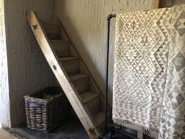 Originele oude houten trap landelijk boerderij trap stoer robuust antiek