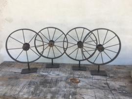 Oud metalen wiel op statief groot wieltje ornament op voetje industrieel stoer vintage landelijk