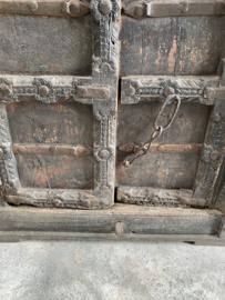 Grote dichte oud houten zwart/grijs kast India robuust antiek doorleefd hout 167,5 x 82 x 42 cm landelijk industrieel vintage urban metalen beslag oude deuren poort deur kledingkast servieskast linnenkast boekenkast