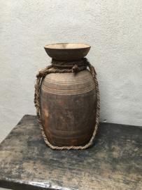 Grote oude houten Nepal pot kruik vaas landelijk stoer robuust met grof jute touw