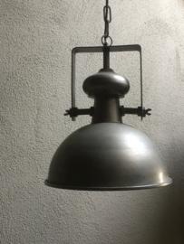 Stoere industriele hanglamp groot large lamp korf stallamp middelmaat fabriekslamp industrieel grijs grijze metaal metalen landelijk zink staal metaal grijs
