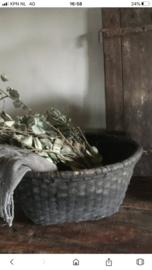 Oude zwart grijze Leemmand mand rieten schaal smal klein bak landelijk grof stoer