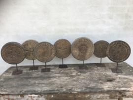Grote Oude houten ronde chapati plank op statief pin standaard ornament rond hout landelijk vergrijsd doorleefd stoer decoratie object vintage