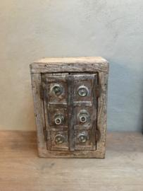 Oud vergrijsd doorleefd houten metalen kastje tempelkastje landelijk oosters