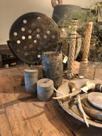 Oude grijze stenen zandstenen zandsteen broodmal grijs schijf raamdecoratie  grinder molensteen ring op stand standaard zandsteen wiel ornament landelijke stijl op statief stoer