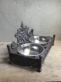 Grote Gietijzeren dubbele voerbak drinkbak waterbak hondenbak poezenbak hond poes hondenvoerbak voerbakjes waterbakje hond kat landelijk brocant gietijzer bruin metaal