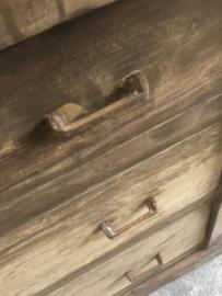 Stoere grote oude doorleefd houten ladekast ladenkast kast stoer robuust landelijk commode dressoir