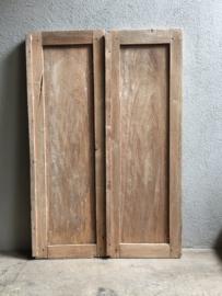 Oude vergrijsd houten luiken kozijn naturel hout stalraam landelijk venster landelijke stijl brocant vintage doorleefd sleets  oud hout