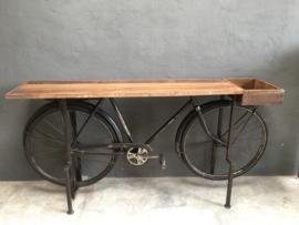 Hele gave metalen vintage industriële Sidetable bar balie gemaakt van een oude fiets met oud houten blad werkbank toonbank bijzettafel sideboard bike  zwart grijs