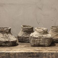 Stoere oude vergrijsd houten mand vismand klein  landelijk stoer leemkruik leem grijs klei kruik pot