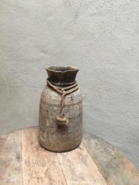 Stoere oud vergrijsd houten Nepal pot kruik vaas grof jute touw kruikje landelijk stoer