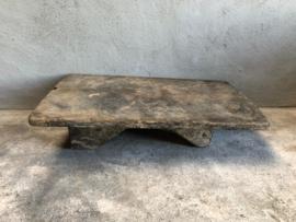 Oude vergrijsd houten tafeltje tafel dienblad op pootjes doorleefd opstapje dienblad
