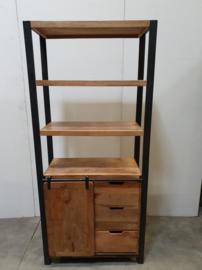 Stoere industriële landelijke hoge kast boekenkast industrieel landelijk metaal hout metalen houten vintage laden ladenkast boekenkast zwart schuifdeur