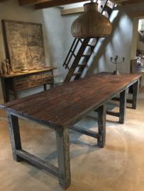 Stoere grote oude donker houten tafel eettafel grof hout veel nerf fabriekstafel blokpoten boerentafel werkbank industrieel landelijk urban
