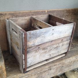 Oud houten flessenkratje kratje met oud beslag vergrijsd hout