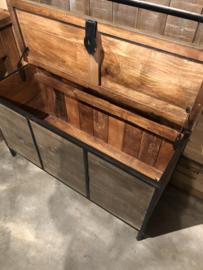 Vergrijsd houten staande kapstok met bankje kist