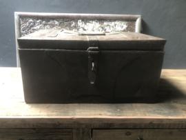 Oude metalen Ijzeren kist kistje dekenkist landelijk stoer industrieel