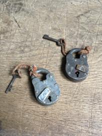 Oude kleine metalen sloten hangslot oud slot slotje met sleuteltjes werkend